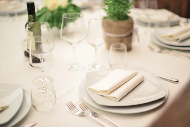 호화로운 결혼식이나 다른 음식을 제공하는 행사에서 테이블 세팅. 소박한 스타일 결혼식. 웨딩 테이블 장식.