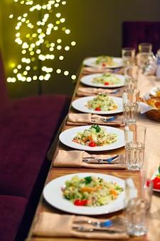 Сервировка стола для праздничного обеда.
