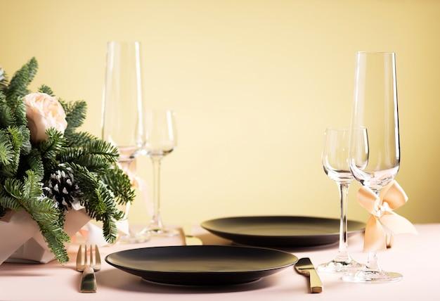 Сервировка стола для праздничного ужина на двоих