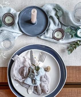 낭만적 인 저녁 식사, 결혼식 또는 촛불과 말린 꽃을 장식으로 한 모든 행사를위한 테이블 세팅.
