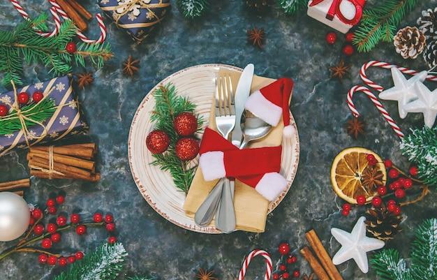 クリスマスの装飾のためのテーブルセッティング。セレクティブフォーカス。ハリデー。