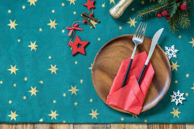 クリスマスディナー休日構成のテーブルセッティング上面図フラットレイ