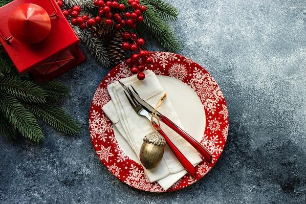 Сервировка стола для рождественского ужина на бетонном столе