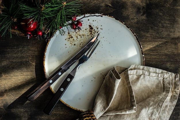 Сервировка стола для рождественского ужина на деревянном столе
