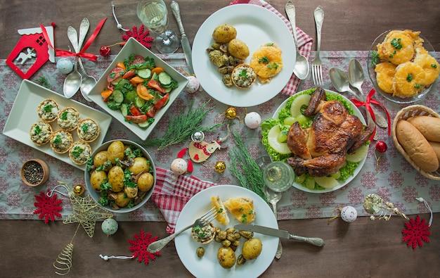 크리스마스, 새해 테이블 설정. 접시, 테이블에 빈티지 칼입니다. 연말 연시. 평평하다.