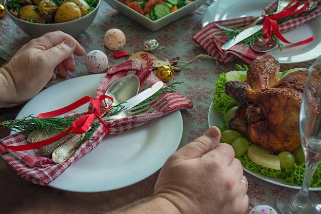 クリスマス、新年のテーブルセッティング。プレート、テーブルの上のビンテージカトラリー。
