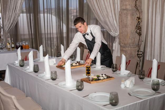 レストランでの夕食のテーブルセッティング。