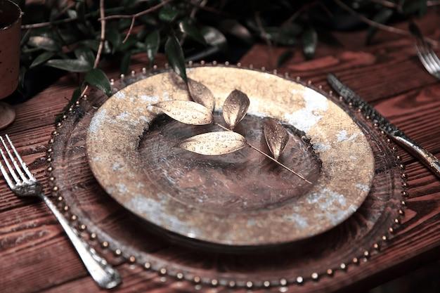 オリーブの枝のあるシャブオットのテーブルセッティング。