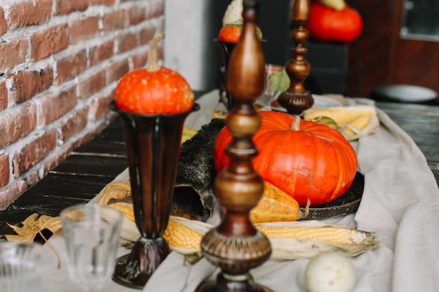 Сервировка стола на день благодарения осенний стол с тыквами и свечами осеннее украшение дома