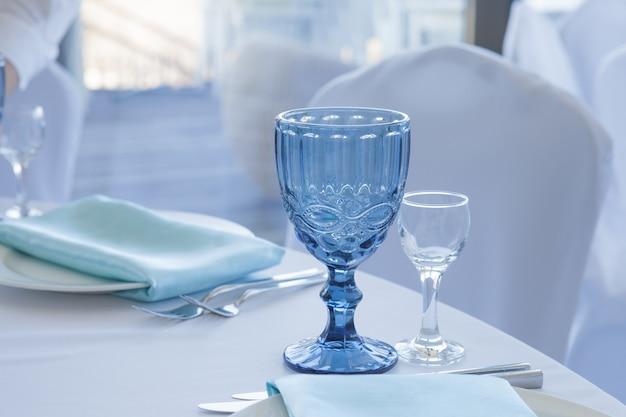 結婚式のテーブル、メガネのクローズアップのためのテーブルの設定