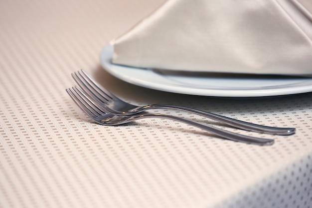 レストランのテーブルにテーブルセッティングフォーク