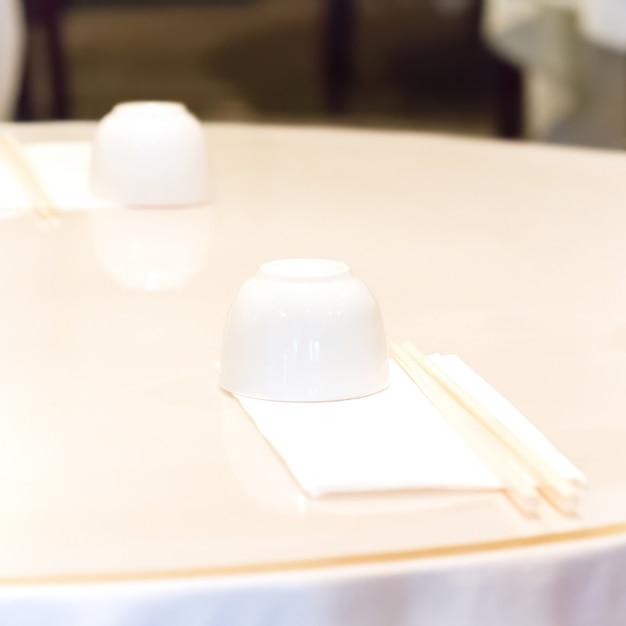 중국 식당의 테이블 설정입니다. 냅킨에 찻잔과 젓가락