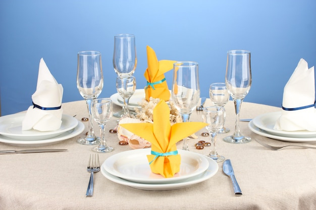 색상 배경에 흰색과 노란색 톤의 테이블 설정