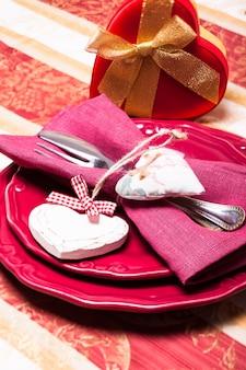Сервировка стола в красном и золотом цветах для ужина ко дню святого валентина