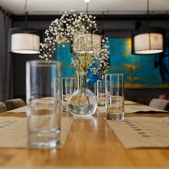 꽃병과 꽃으로 테이블 설정