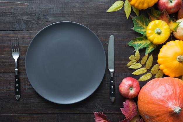 秋の収穫、カボチャ、apllesとテーブルの設定。感謝祭の日。上面図