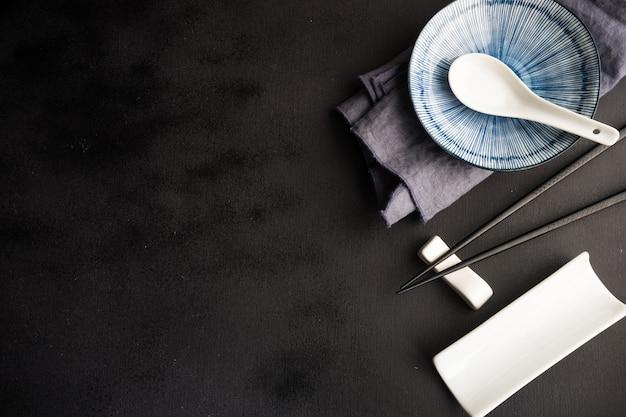 Сервировка стола с палочками для еды