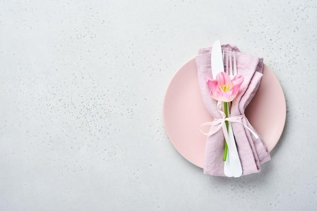 밝은 회색 테이블 배경에 꽃 장식이 있는 테이블 설정