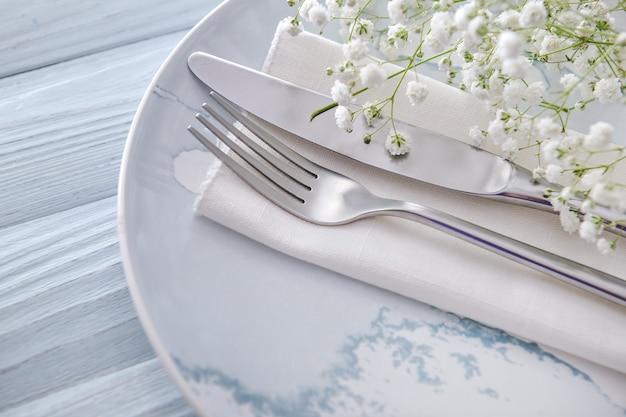 밝은 나무 벽에 꽃이 있는 테이블 설정, 근접 촬영