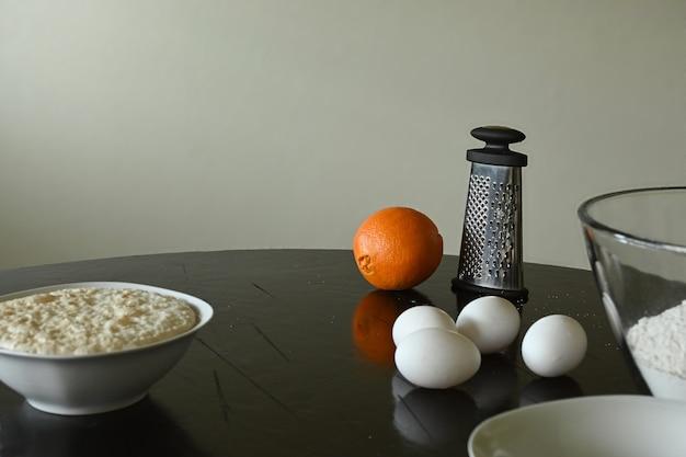 パンデムエルト(死者のパン)を作るための材料を使ったテーブルセッティング