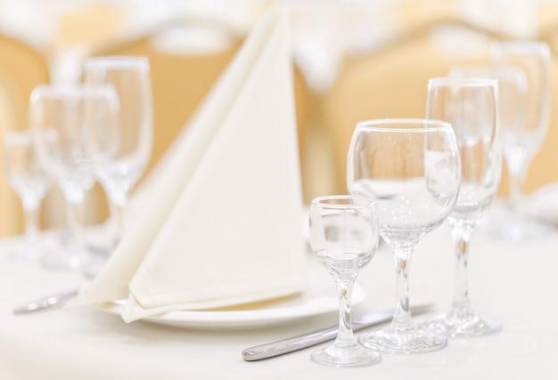 ナプキンとグラスのテーブルセッティング