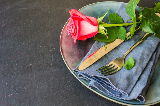 Сервировка стола с красной розой
