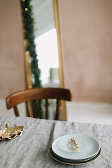 크리스마스를 위한 소박한 장식이 있는 테이블 설정