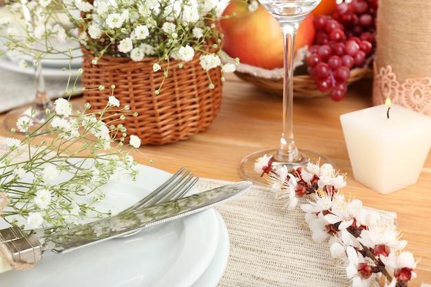 봄 꽃으로 테이블 설정을 닫습니다.