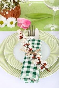 春の花のテーブルセッティングをクローズアップ
