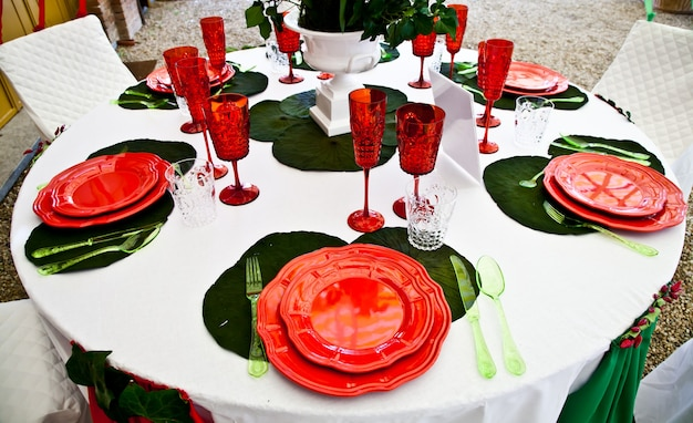 A table setup with italian flag colours: gree, white and red