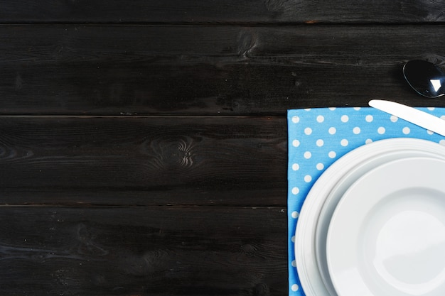 暗い木製の背景にプレートとテーブルのセットアップ