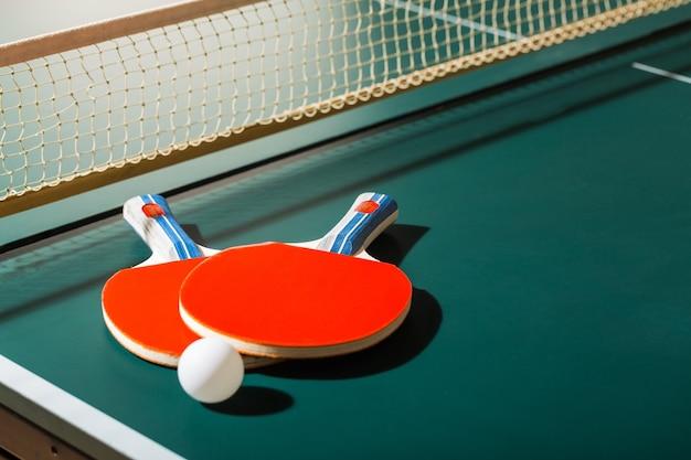 卓球ラケットとネット付きテーブル上のボール