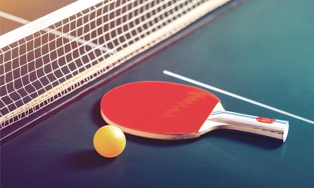 Ракетки для настольного тенниса и мяч на столе