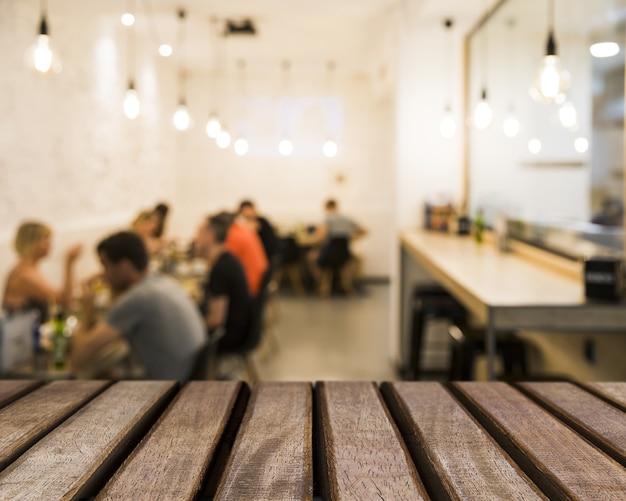 Texture della tabella che guarda alla gente in mensa