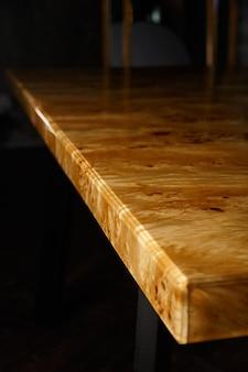 포플러 마디 나무와 투명 에폭시 수지로 만든 테이블을위한 테이블 상판. 수지는 니스 칠하고 광택을 내고 목재는 퉁 오일로 포화시킵니다.