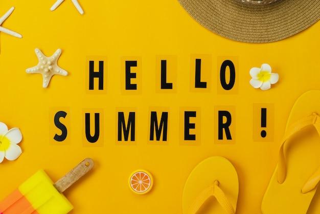 服の女性のテーブルトップビューアクセサリーは、こんにちはテキスト夏休みに旅行する予定