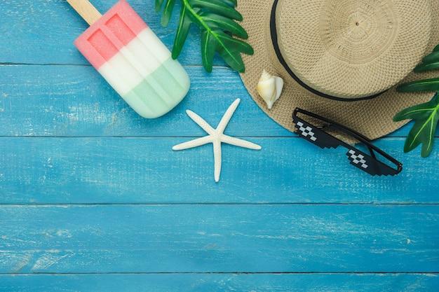 服の女性のテーブルトップビューアクセサリーは夏の休日のバックグラウンドで旅行する予定です。