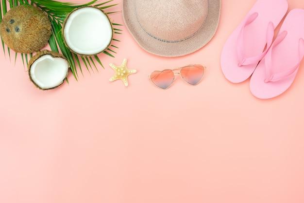 衣料品女性のテーブルトップビューアクセサリーは夏の休日の背景で旅行する予定
