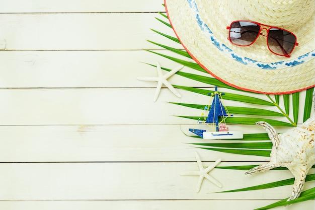 夏休みに旅行を計画している女性服のテーブルトップアクセサリー