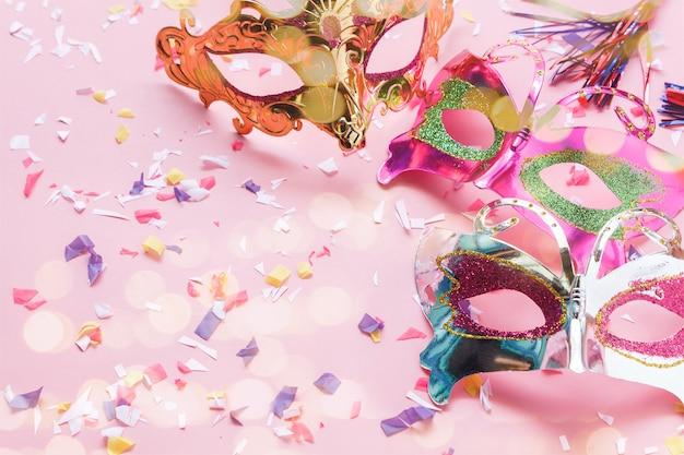 パーティーカーニバルの背景コンセプトのための美しい写真ブースの小道具のテーブルトップビュー空中像。