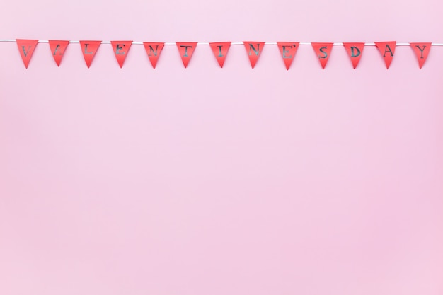 Вид сверху аэрофотоснимка концепции фона дня валентина. валентенский флаг или баннер вечеринки на современных деревенских розовых обоях на стуле домашнего офиса.