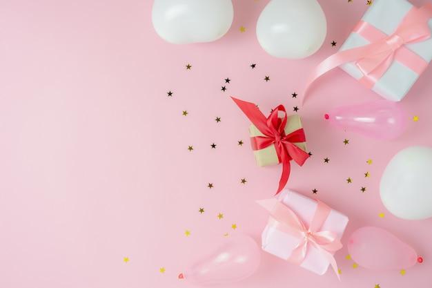 메리 크리스마스 장식 및 새 해 복 많이 받으세요 장식품 개념의 테이블 상단보기.