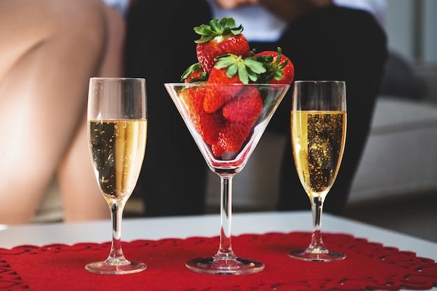 イチゴとシャンパン2杯とガラスと表