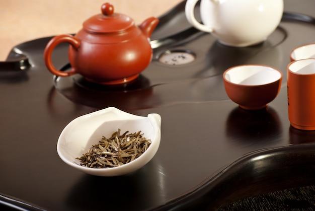 Стол с аксессуарами. традиционная китайская чайная церемония