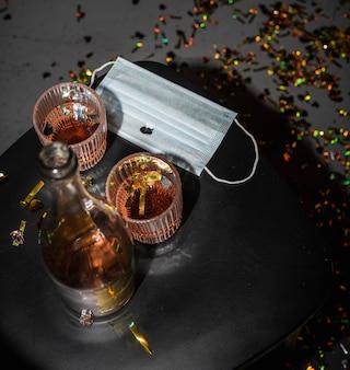 アルコールとフェイスマスク付きのテーブル