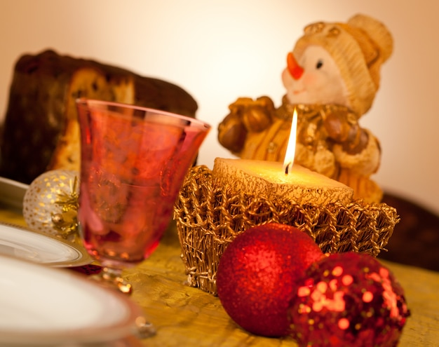 クリスマスディナーのキャンドルとテーブル