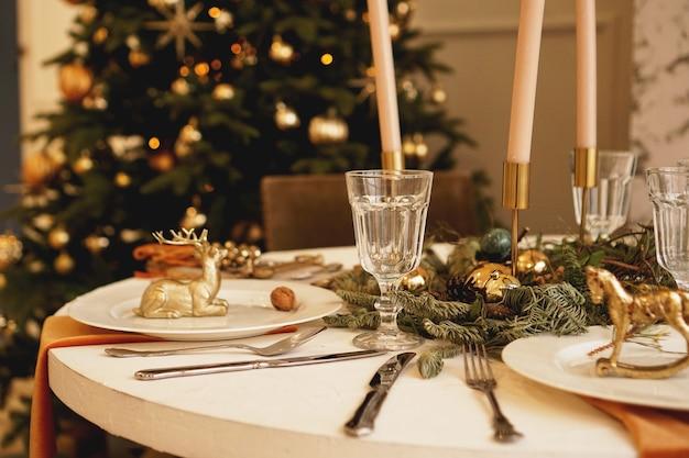 Стол со свечами на рождественский ужин в гостиной, вид крупным планом