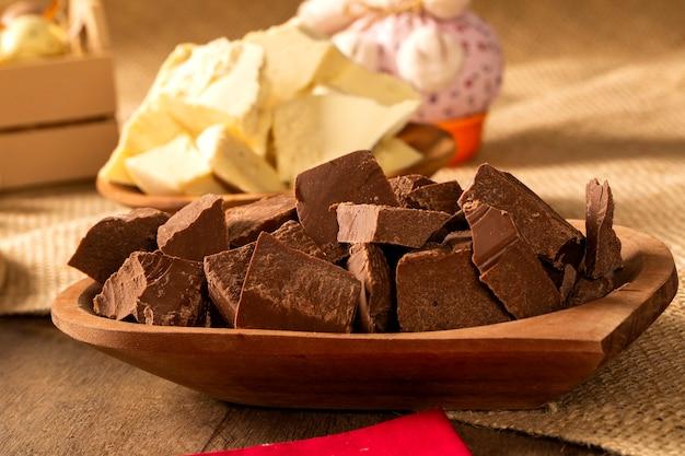 초콜릿 조각과 부활절 장식 테이블입니다.