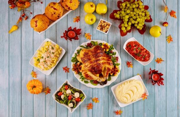 感謝祭を祝うためのおいしい料理と七面鳥のテーブル
