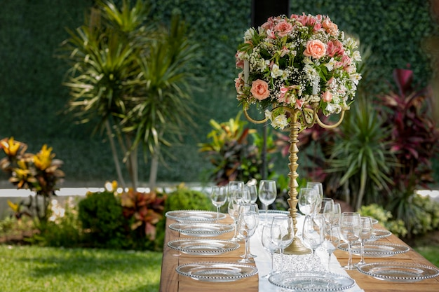 Event garden의 사교 행사에서 꽃꽂이와 그릇이 있는 테이블
